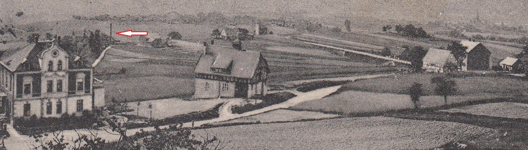 Das von Haus Frische aus in Richtung Süden aufgenommene Foto (Postkarte ca. nach 1910) zeigt sehr wahrscheinlich den Schornstein der Ölmühle (Pfeil)