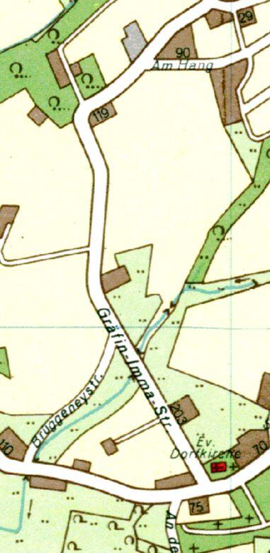 """Auf dem Stadtplan 1966 verläuft die Straße noch zwischen Kirche und der Wirtschaft """"Zum Wilhelmstein"""". Auch zu sehen: gegenüber der Straße """"Am Hang"""" ist das Betriebsgelände der Zeche """"Mit Gott gewagt"""" eine grau schraffierte Fläche."""
