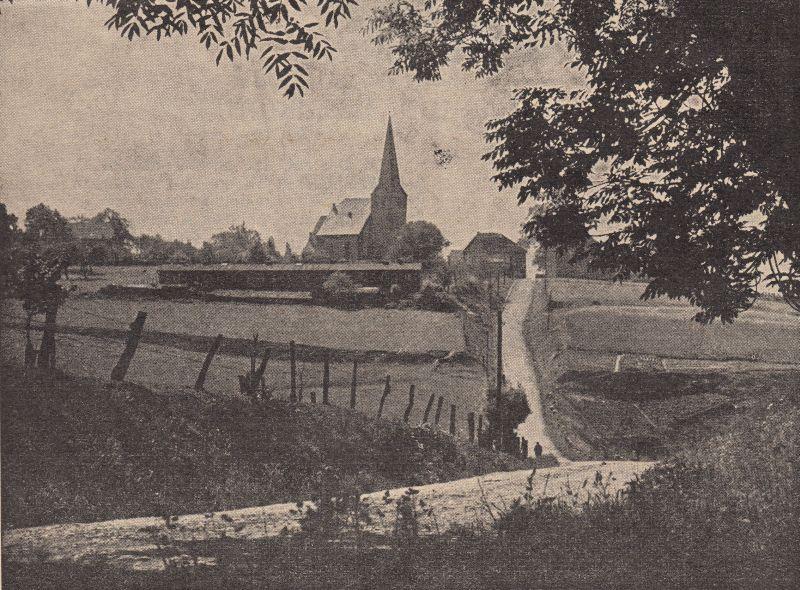 Blick auf die Gräfin-Imma-Straße und die Dorfkirche. Das Entstehungsjahr dieses Fotos ist nicht bekannt, vermutlich in den 1930er Jahren. Die Baracke auf dem Feld vor der Kirche hat dort zumindest seit den 1920er Jahren gestanden, sie hat zu Wohnzwecken gedient und ist nach 1950 abgerissen worden.
