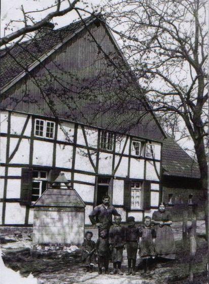 Der ehemalige Kleine-Oekey-Kotten, Foto ca. 1890, heute Hausnr. 37, eines der frühesten Häuser an der Straße. Auf seinem Grund und Boden ist Anfang der 1960er Jahren der Großteil des heutigen Lupinenwegs entstanden.