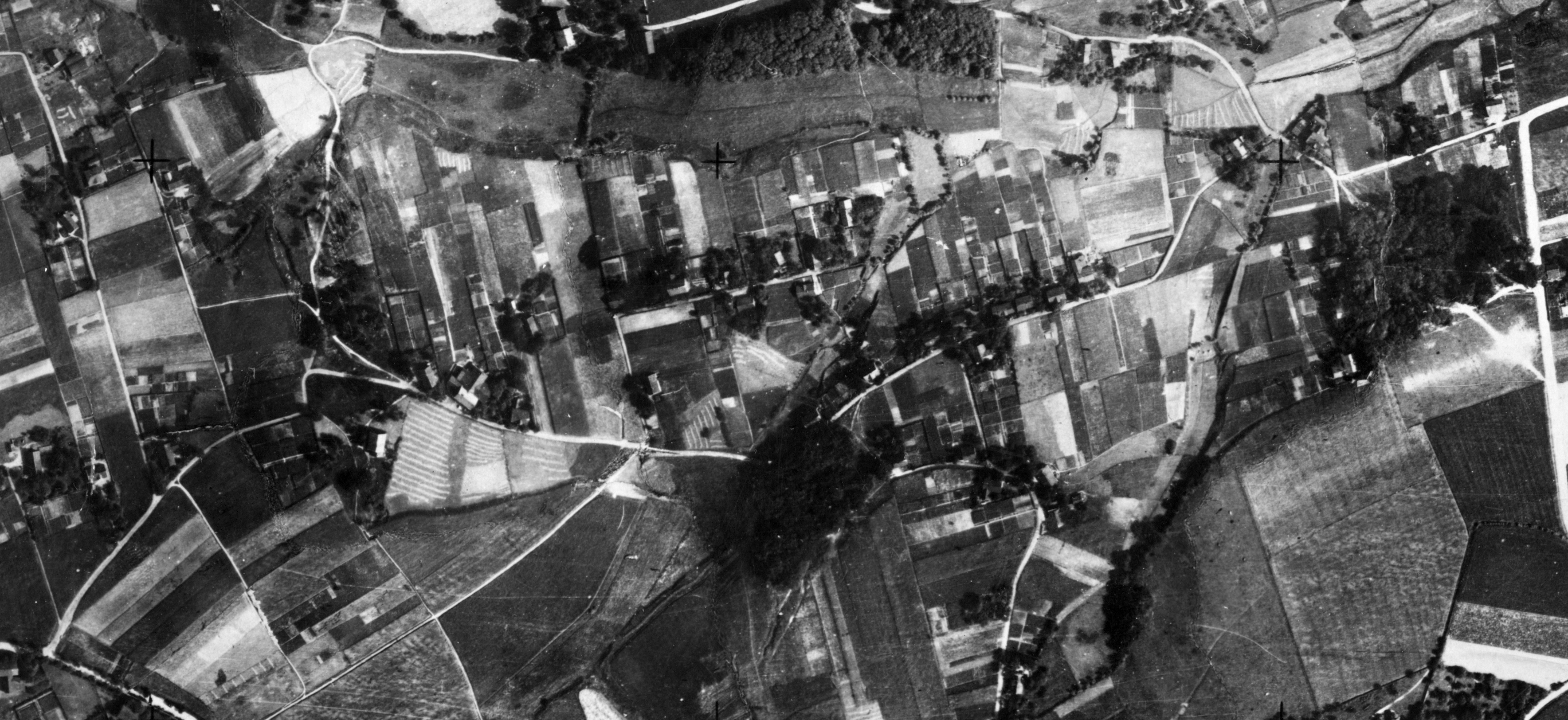 Auf einem Luftbild aus dem Jahr 1926 gut zu erkennen: die Brüderstraße mündet (von links kommend) auf die Schloßstraße. Am rechten Rand ist die heutige Surkenstraße zu erkennen. (Foto: Regionalverband Ruhr)
