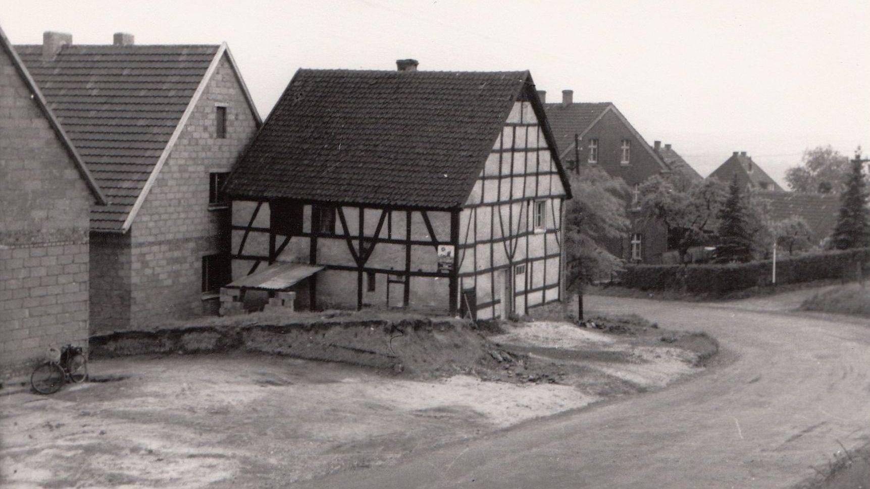 Zur Verbreiterung der Kemnader Straße in den 1950er Jahren abgerissen: Fachwerkhaus in der Kurve an der Steilstraße Foto: Archiv W. Dickten
