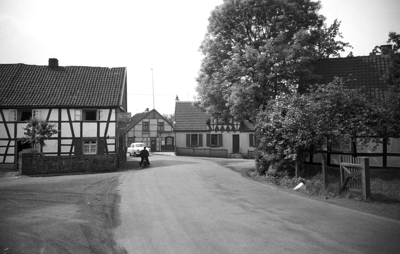 Die Kreuzung in Stiepel Dorf Im Jahr 1956: Die historische Ortsmitte ist noch eng und gefährlich, unter anderem das linke Fachwerkhaus wurde abgerissen. Foto: Stadt Bochum, Presse- und Informationsamt