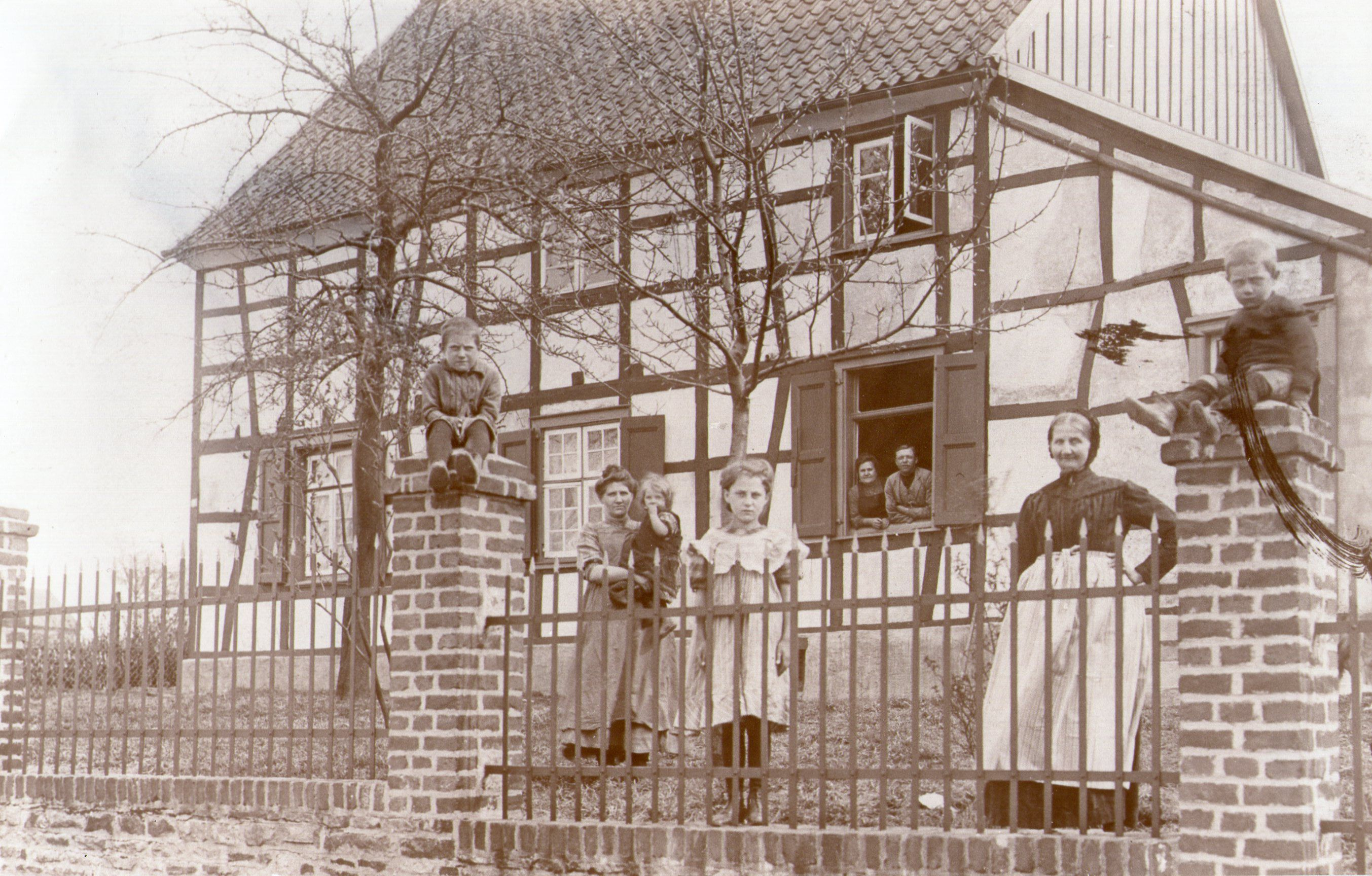 Das erste und lange Zeit einzige Haus an der Straße (erbaut 1827) ist 1943 zerstört worden