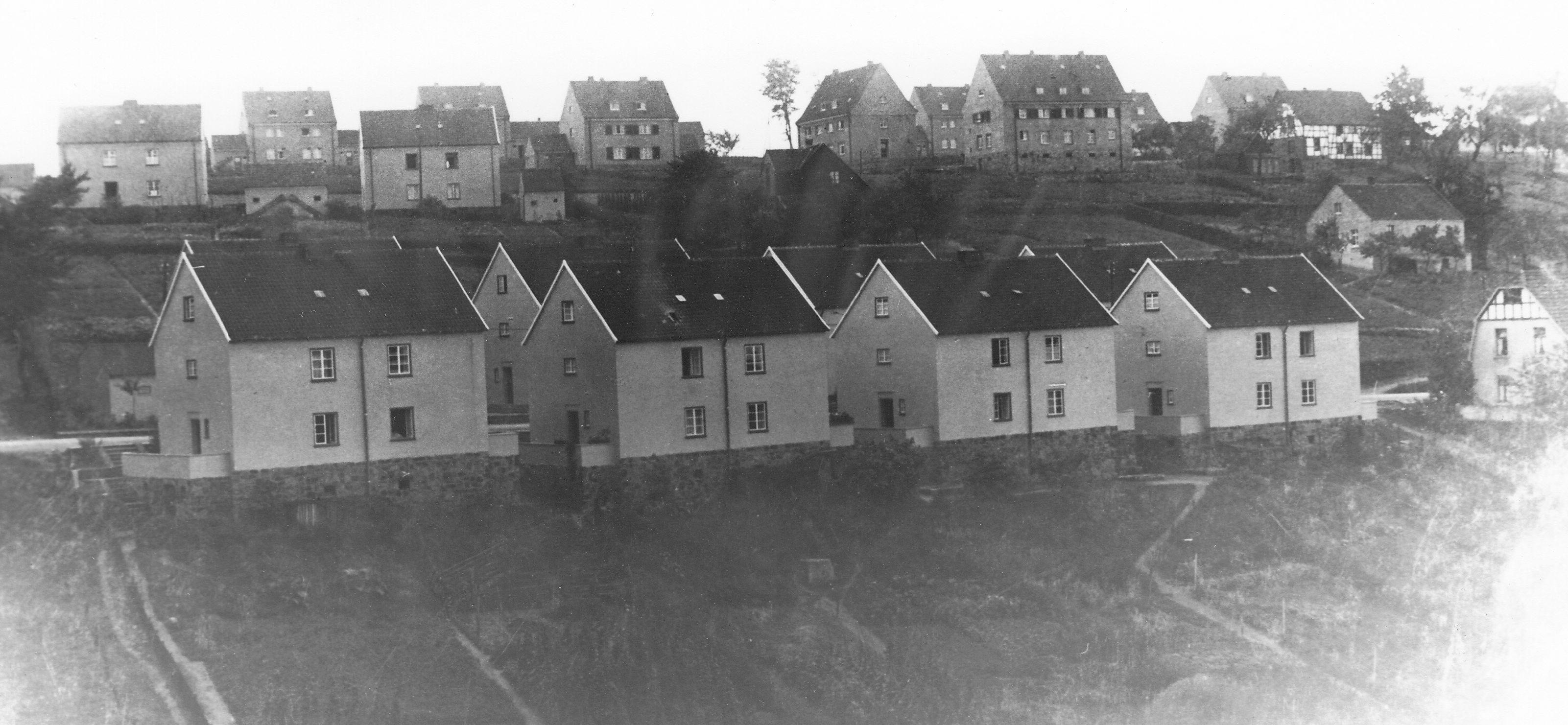 Im Vordergrund die zuvor gemeindeeigene Siedlung Kosterstraße, im Hintergrund die Häuser an der Rautenbergstraße (Blick um 1930 von der katholischen Kirche / Kloster in Richtung Süden) Foto: Archiv W. Dickten