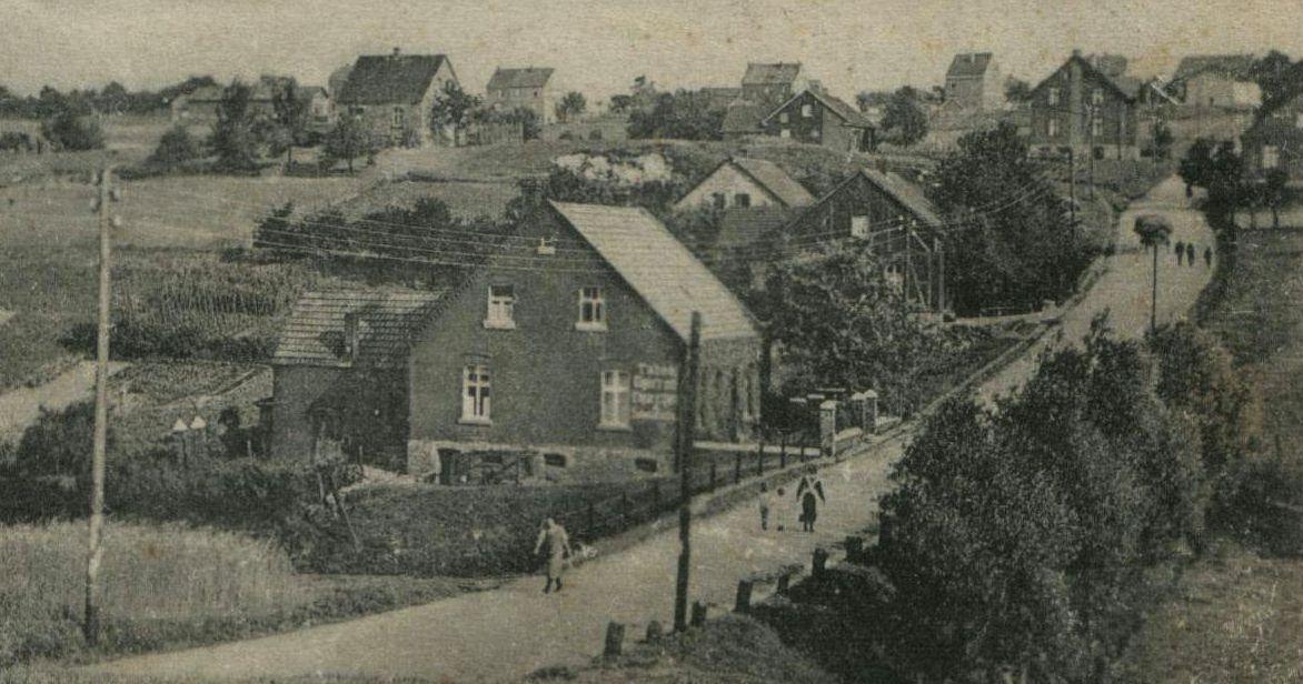 Die Surkenstraße auf einer Postkarte aus den 1920er Jahren, Blick nach Süden in Richtung der heutigen Kemnader Straße. Verdeckt durch die vorderen Häuser liegt der im Text beschriebene Steinbruch.