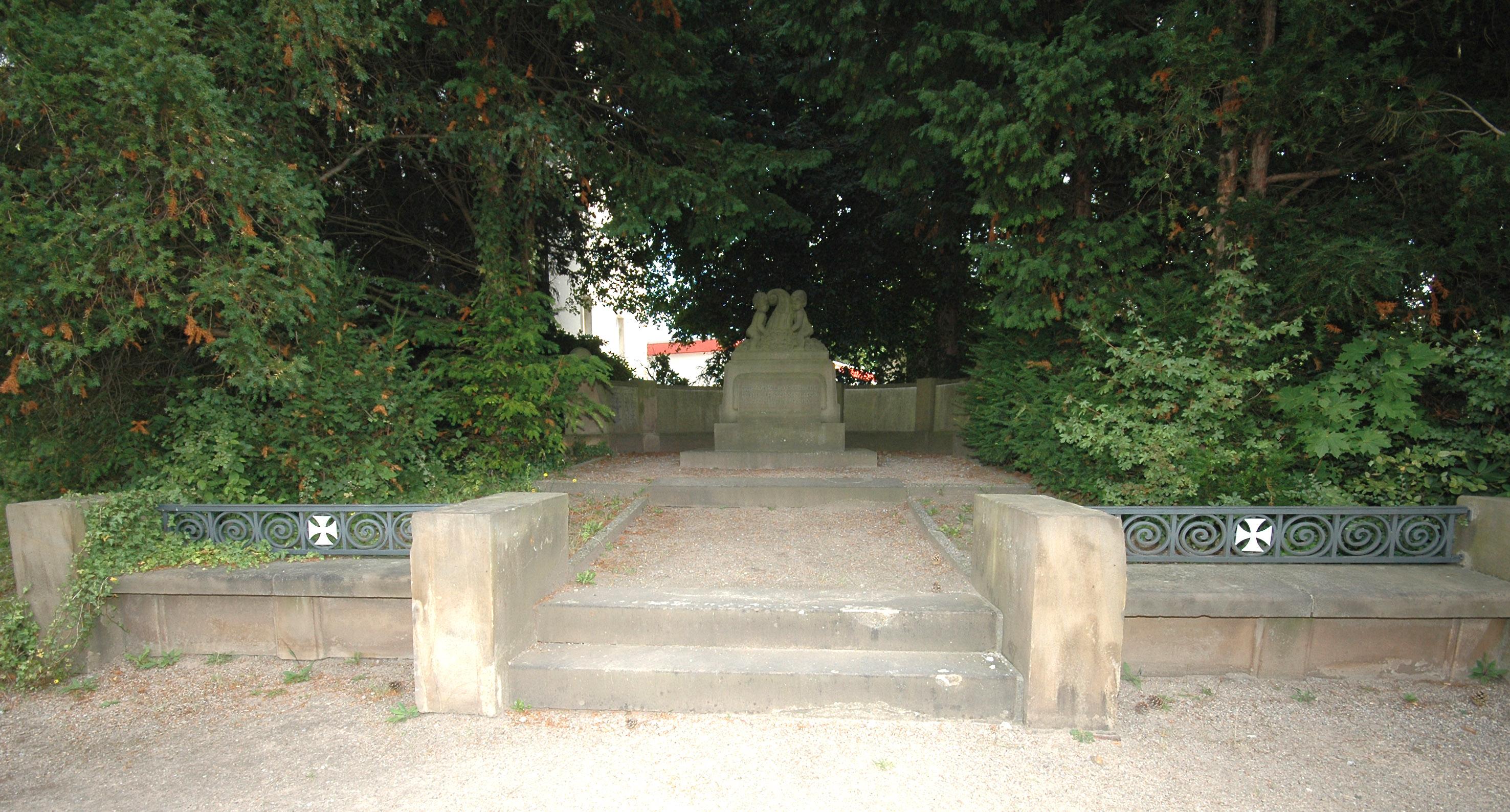 Neben dem Gemeindehaus an der Kemnader Straße: das Ehrenmal für die Gefallenen des 1. Weltkriegs