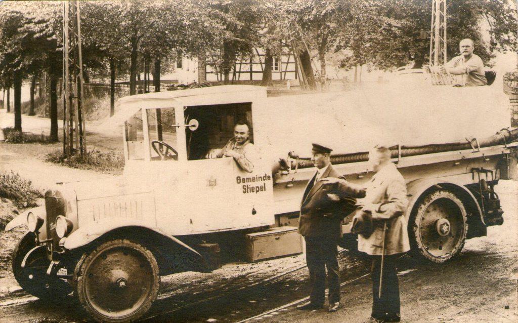 Friedrich Finke (mit Kappe) vor dem Stiepeler Sprengwagen, nach 1930.