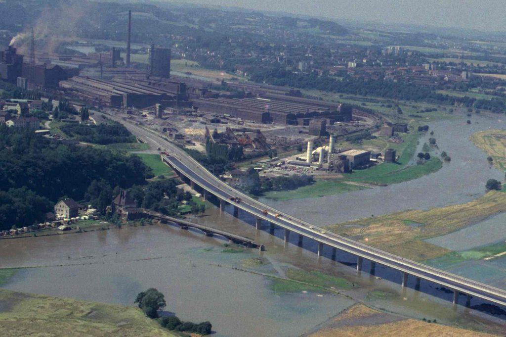 Die dritte Brücke wird abgerissen, während die vierte Kosterbrücke teilweise fertiggestellt ist, 1979.