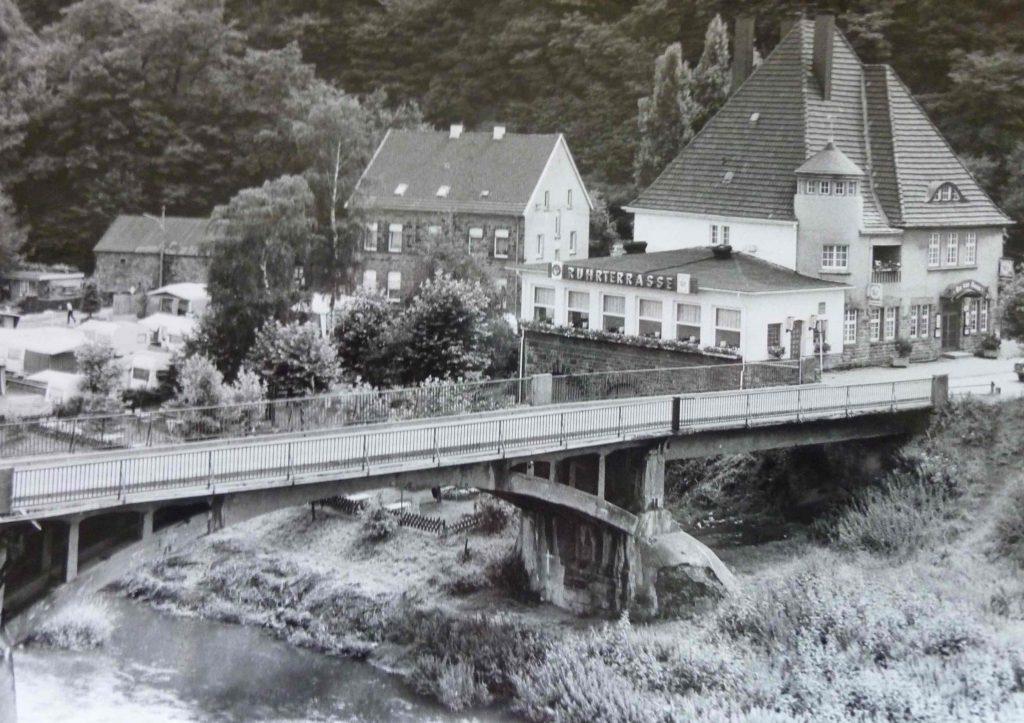 """Die dritte Brücke endete bis 1979 unmittelbar am Haus """"An der Kost""""."""