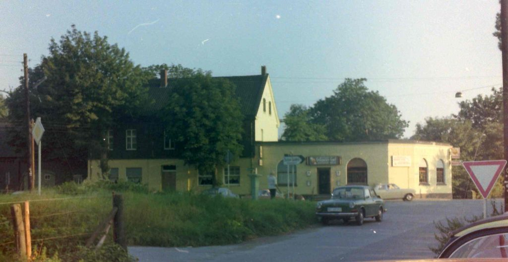 """Die ehemalige Wirtschaft """"Stiepeler Hof"""" am Übergang der Kosterstraße auf die Brücke, 1970er Jahre."""