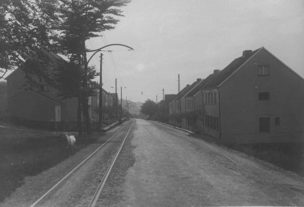 Die Kosterstraße mit den 1922 errichteten Wohnhäusern und der einspurig geführten Straßenbahn.