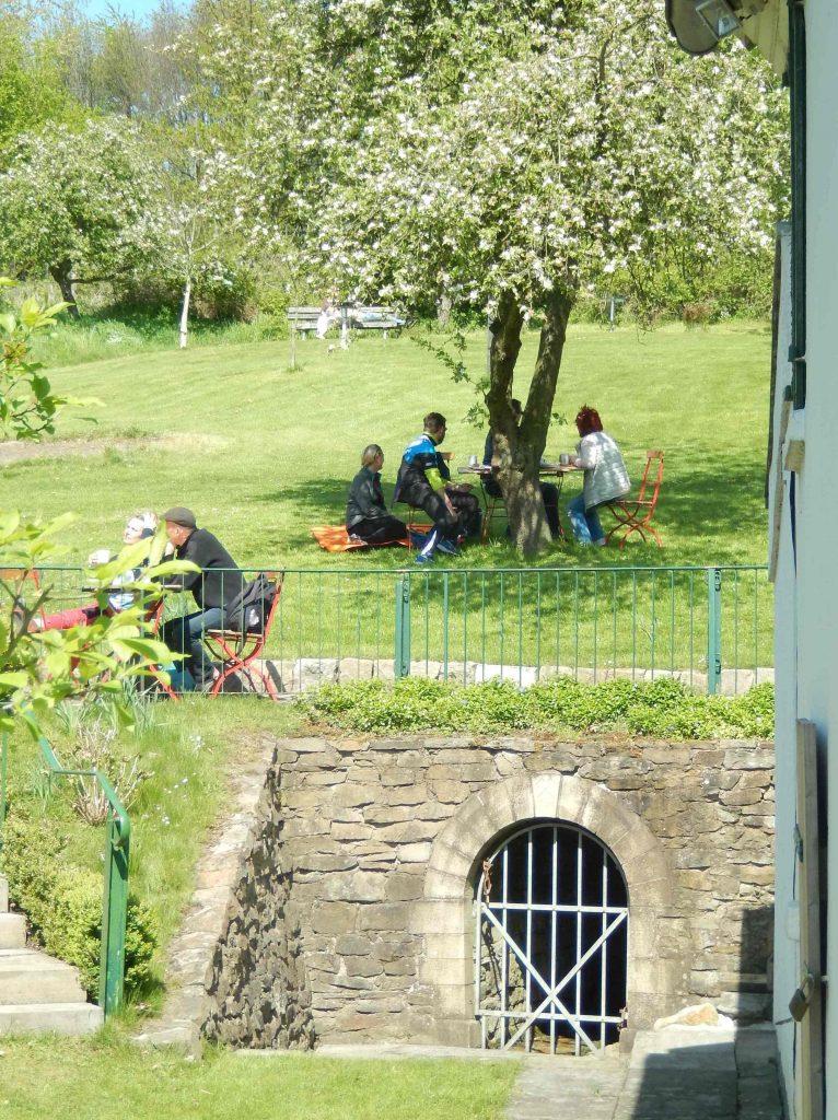 Das Pfingstblume-Café im Garten des denkmalgeschützten Betriebsgebäudes
