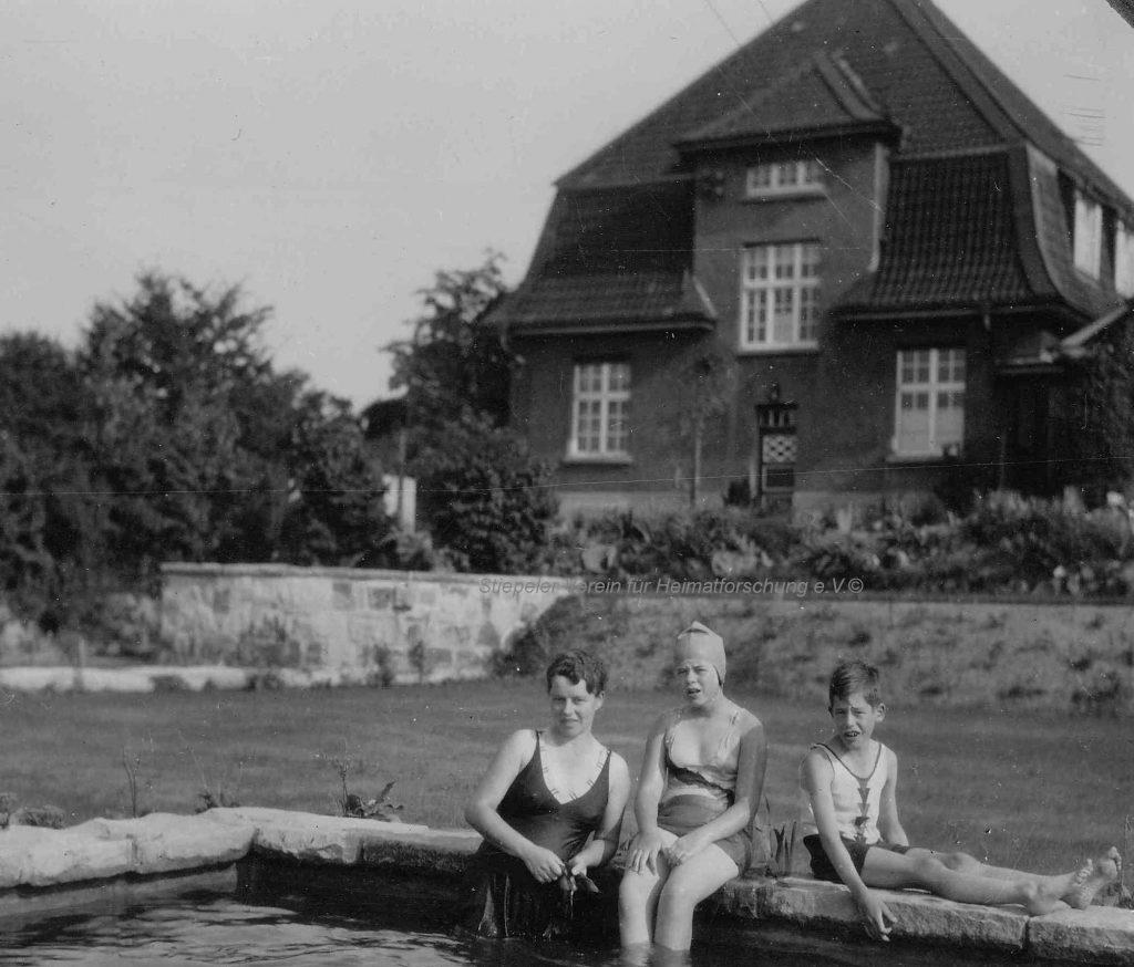 """Das """"neue"""" Haus vom Garten aus betrachtet, im Vordergrund Cornelia Gilbert, geb. zur Oven Krockhaus, mit den Kindern Renate und Gerd, 1931"""