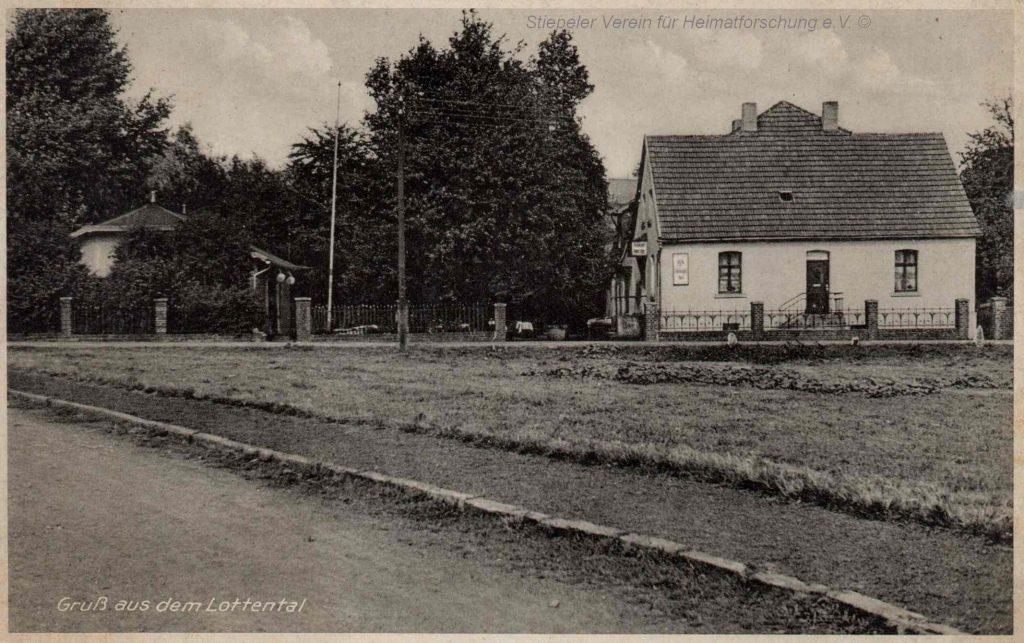"""Postkarte 1938: links der """"Holzsaal"""", rechts das Wohnhaus mit der neuen Gastwirtschaft"""