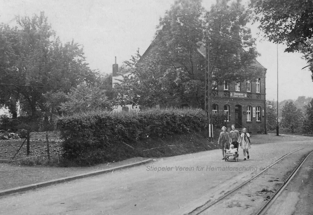 """""""Zum Lindenhof"""" noch mit Gemüsegarten und der einspurig geführten Straßenbahn in den 1920er Jahren."""
