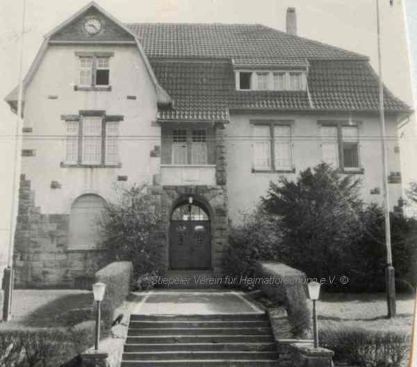 """Das im Jahr 1910 errichtete """"neue"""" Gemeindehaus, 1950er Jahre (Sammlung Willi Dickten)"""