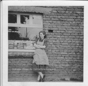 Elsa von Hagen vor dem Lebensmittelgeschäft, 1950er Jahre